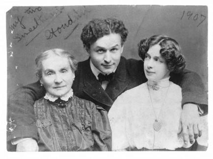 Houdini édesanyjával és feleségével, 1907-ben
