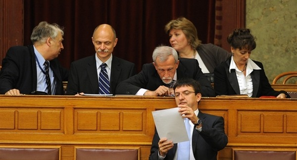 Fidesz-megoldás a pofátlan végkielégítésekre