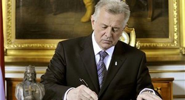 Schmitt aláírta, mostantól elvehető a nyugdíj