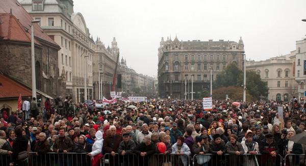 http://nepszava.com/files/2011/10/tuntetes-oktober-23-qpr.jpg