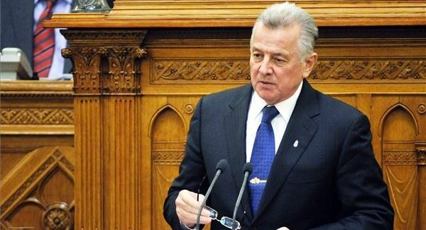 Lemondott Schmitt, új bábot jelölhet ki Orbán