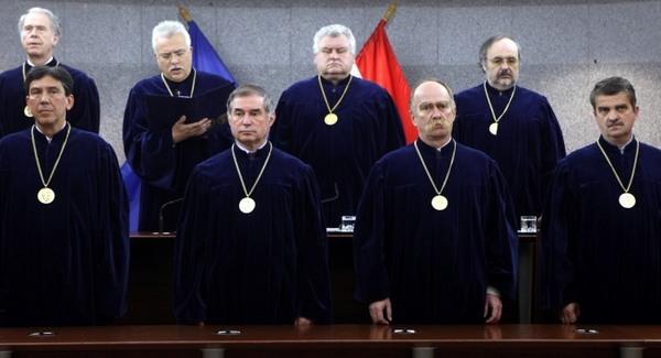 Bebetonozza alkotmánybíróit a Fidesz