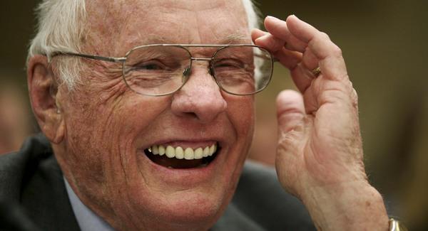Elhunyt Neil Armstrong
