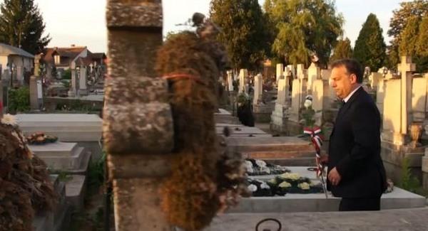 Kutyakomédia az agyonvert Bara József sírjánál