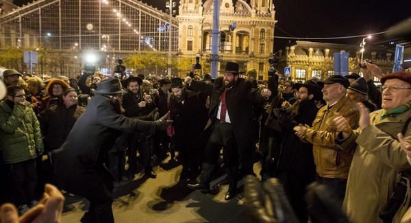 Megrongálták Budapesten a hanuka-gyertyatartókat