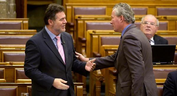 Pálffy István furcsán viselkedett a parlamentben